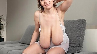 Huge granny swings her tits - duration 0:38
